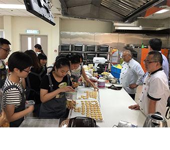 與香港青年協會合作以於南順廚藝學院為年輕義工舉辦烘焙工作坊。義工們於接受培訓後負責於8個不同地區內共115個貧困家庭舉辦曲奇製作班系列活動,以分享烘焙樂趣。