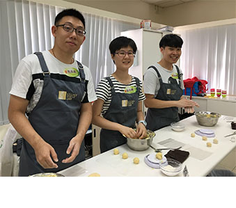 Collaborated with the Hong Kong Federation of Youth Groups conducting baking workshop for youth volunteers at Lam Soon Bakery Academy. Later, the volunteers organised a series of cookie-making classes for 115 underprivileged families located in eight different districts in Hong Kong to share in the joy of baking.