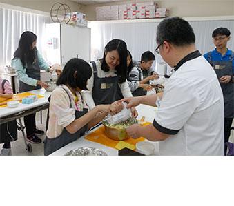 與香港特許秘書公會為來自香港耀能協會的小朋友合辦「愛心曲奇烘焙班」