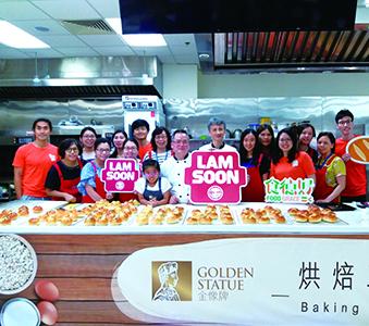 與「食德好」合作舉辦「愛心麵包分享義工日」-教導義工們製作麵包